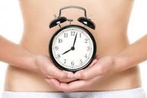 La menopausia precoz es el cese de la función ovárica antes de cumplir los 40 años. Sus consecuencias físicas y psicológicas, como el término de la etapa reproductiva, no son fáciles de asumir. Ponerte en manos de un especialista, que indicará la terapia más adecuada, reducirá el impacto de su aparición